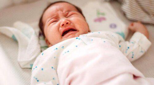 Bé khóc thét lên khi ăn là một trong những dấu hiệu sặc sữa điển hình