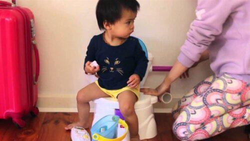 Ba mẹ nên bắt đầu tập cho con bỏ bỉm khi con có thể tự ngồi vững chắc trên bô
