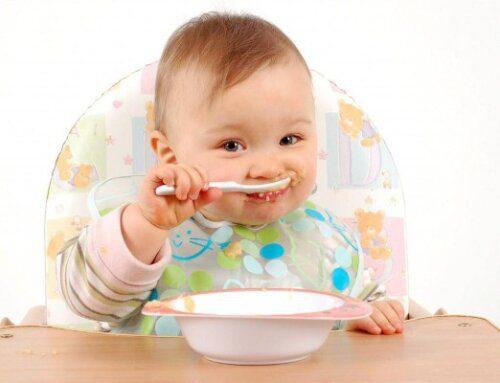 Tạo tâm lý thoải mái cho bé khi ăn dặm
