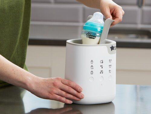 Sữa hâm rồi mẹ có thể để lại vào máy hâm sữa hoặc cốc nước ấm
