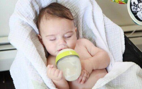 Nhiều bé ngủ quên khi đang ti, sữa có thể đọng lại trong miệng gây nguy hiểm