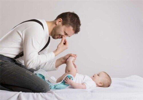 Thay bỉm cho trẻ sơ sinh là một công việc khá thú vị