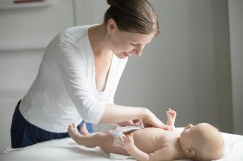 Mẹ có thể cười đùa với bé để bé nằm im